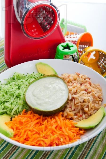 Витаминозна салата от краставици, моркови и ябълки със сос от авокадо, хрян и синьо сирене - снимка на рецептата